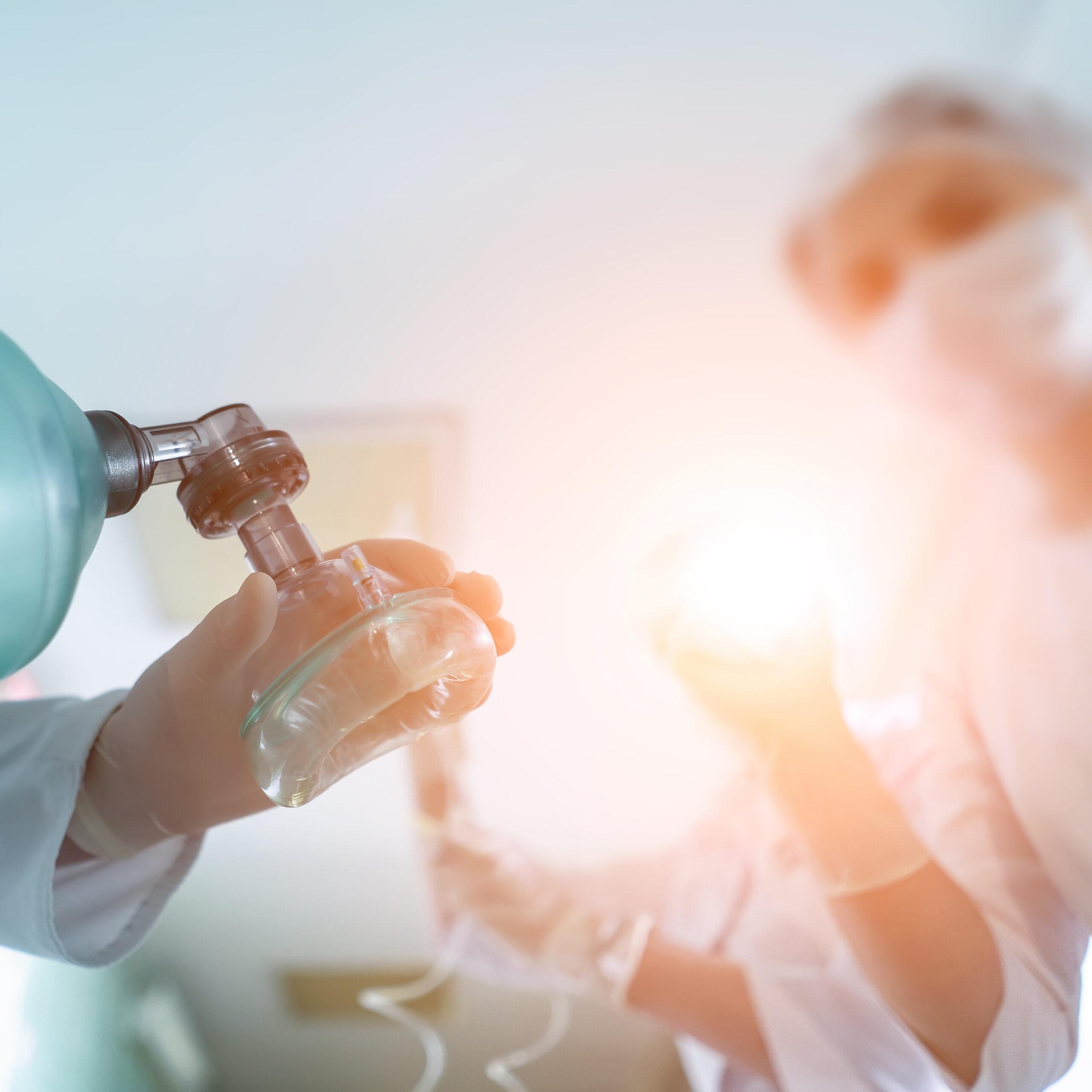 arts en assistenten die patient beademen tijdens een reanimatie cursus