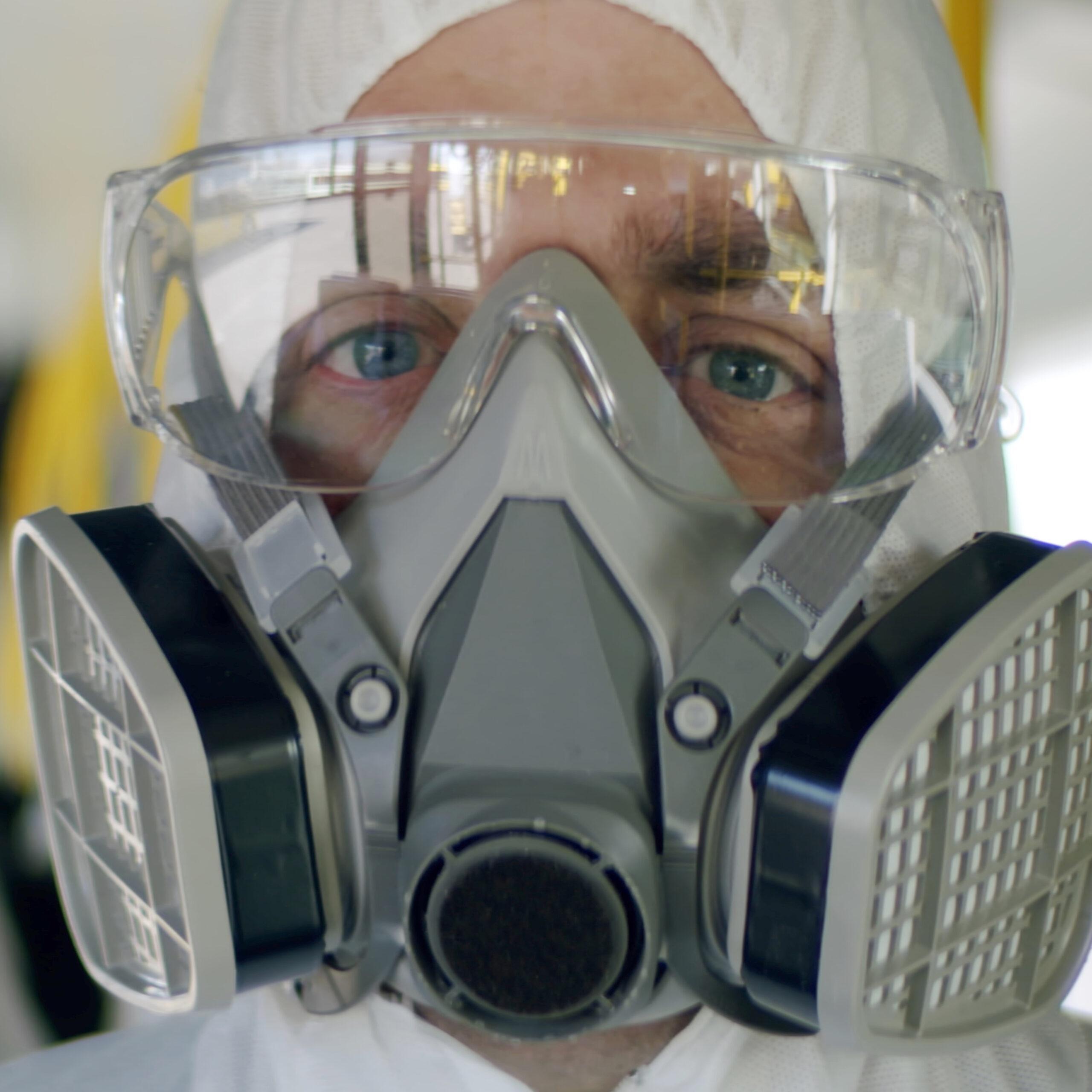 spoedeisende zorgverlener in hazmat pak bij blootstelling aan gevaarlijke stoffen